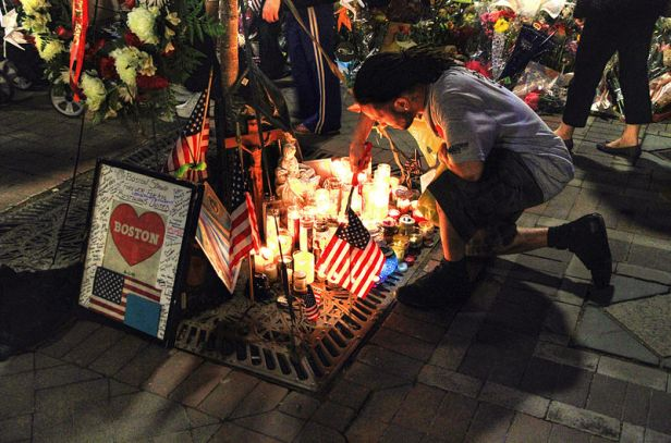 800px-Remembering_the_victims_of_the_Marathon_Bombing-Copley_Square